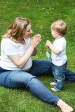 Famille heureuse de deux : petit garçon d'enfant en bas âge et son jeune m enceinte Photos stock