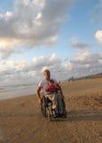 Famille heureuse de fauteuil roulant image libre de droits