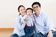 Famille heureuse de l'Asie images libres de droits