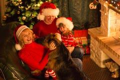 Famille heureuse de Noël des parents, de l'enfant et du chien Photo libre de droits