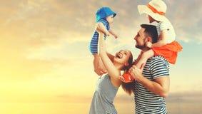 Famille heureuse de père, mère et deux enfants, fils de bébé et le DA Photographie stock