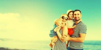 Famille heureuse de père, mère et deux enfants, fils de bébé et le DA Photo libre de droits