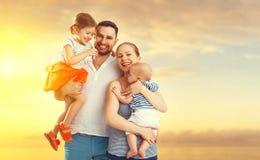 Famille heureuse de père, mère et deux enfants, fils de bébé et le DA Image libre de droits
