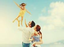 Famille heureuse de père, mère et deux enfants, fils de bébé et le DA Photos stock