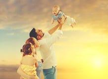 Famille heureuse de père, mère et deux enfants, fils de bébé et le DA Images stock