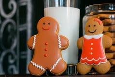 Famille heureuse de pain d'épice souriant après un verre de lait Image stock
