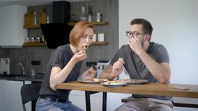 Famille heureuse de petit déjeuner de la consommation deux à la maison clips vidéos