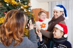 Famille heureuse de quatre nouvelles années de célébration Photographie stock libre de droits