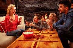 Famille heureuse de temps de famille jouant un jeu Image libre de droits