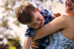 Famille heureuse dehors Image libre de droits