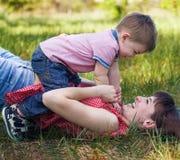 Famille heureuse dehors Photos libres de droits