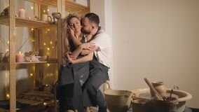 Famille heureuse des vacances communes créatives couples romantiques se reposant et embrassant dans le studio banque de vidéos