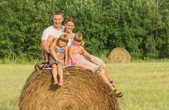 Famille heureuse des vacances dans le jour d'été Photographie stock libre de droits