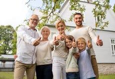 Famille heureuse devant la maison dehors Photo libre de droits