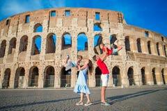 Famille heureuse en Europe Parents et enfants à Rome au-dessus de fond de Colisé images libres de droits