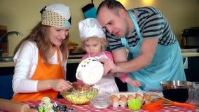 Famille heureuse en faisant des biscuits à la maison  banque de vidéos