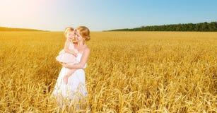 Famille heureuse en nature d'été Fille de mère et de bébé dans W Photo libre de droits