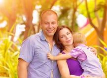 Famille heureuse en parc Photographie stock