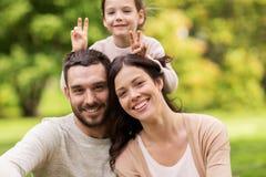 Famille heureuse en parc d'été et amusement de avoir Images stock