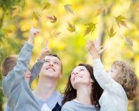 Famille heureuse en parc d'automne Photo stock