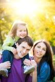 Famille heureuse en parc d'automne Photographie stock