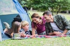 Famille heureuse en parc ensemble Photo stock