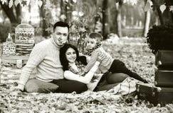 Famille heureuse en parc, temps d'automne Photos stock