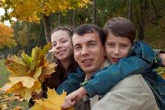 Famille heureuse en stationnement Images stock
