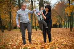 Famille heureuse en stationnement d'automne Photo libre de droits