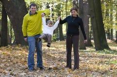 Famille heureuse en stationnement d'automne Images libres de droits