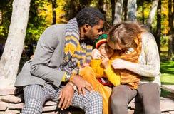 Famille heureuse en stationnement d'automne Famille d'afro-américain : garçon noir de père, de maman et d'enfant sur la nature da Photos libres de droits