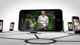 Famille heureuse ensemble sur l'écran de smartphone clips vidéos