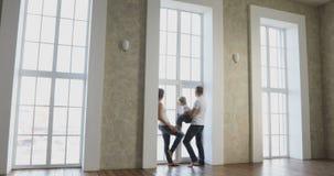 Famille heureuse entrant dans leur nouvelle maison dans leur nouvelle maison clips vidéos