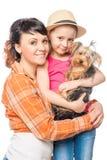 Famille heureuse et un chiot Yorkshire Terrier de parent Photographie stock libre de droits