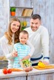 Famille heureuse faisant cuire ensemble Photo stock