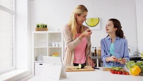 Famille heureuse faisant cuire la cuisine de dîner à la maison banque de vidéos