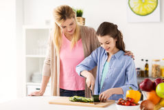 Famille heureuse faisant cuire la cuisine de dîner à la maison photo stock