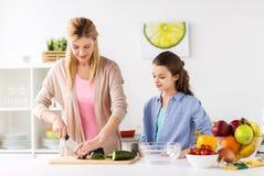 Famille heureuse faisant cuire la cuisine de dîner à la maison images stock