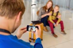 Famille heureuse faisant la photo dans l'aéroport Photos stock