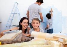 Famille heureuse faisant vers le haut de leur maison neuve photos stock