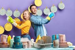Famille heureuse gaie appr?ciant le travail dans la cuisine photos libres de droits