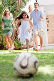 Famille heureuse jouant au football et ayant l'amusement Photos libres de droits