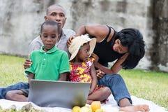 Famille heureuse jouant au parc photos libres de droits