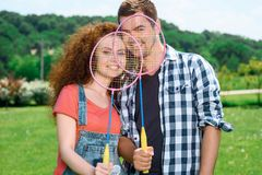 Famille heureuse jouant le badminton Photos stock