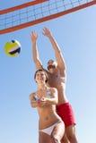 Famille heureuse jouant le volleyball Image libre de droits