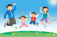 Famille heureuse juming contre le ciel bleu Photographie stock