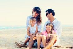 Famille heureuse à la plage Photos libres de droits