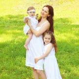 Famille heureuse, mère et deux enfants de filles ensemble Image stock