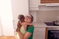 Famille heureuse - mère et fille appréciant à la maison, heureux, souriant photos libres de droits