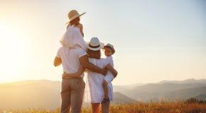Famille heureuse : mère, père, enfants fils et fille sur le coucher du soleil images stock